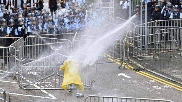 ჰონგ-კონგში საპროტესტო აქცია პოლიციამ წყლის ჭავლისა და რეზინის ტყვიების გამოყენებით დაშალა