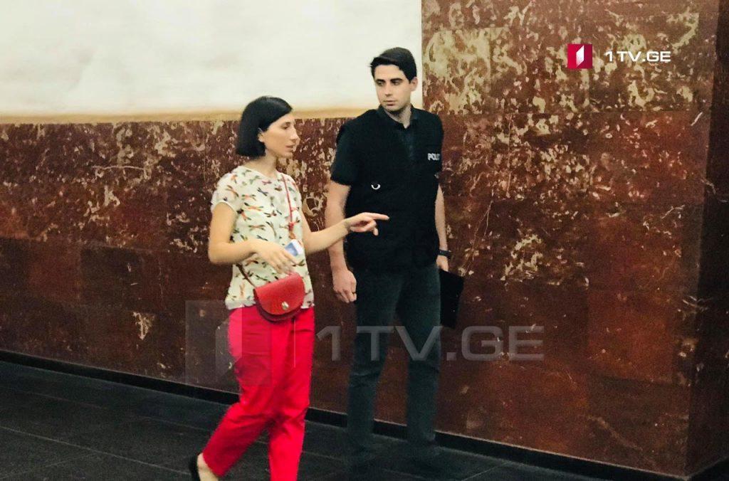 """Gürcüstanın Birinci Kanalının jurnalisti, Teona Manaqadze """"Rustaveli"""" metrosunda, insident yerində istintaq tədbirlərində iştirak etdi"""