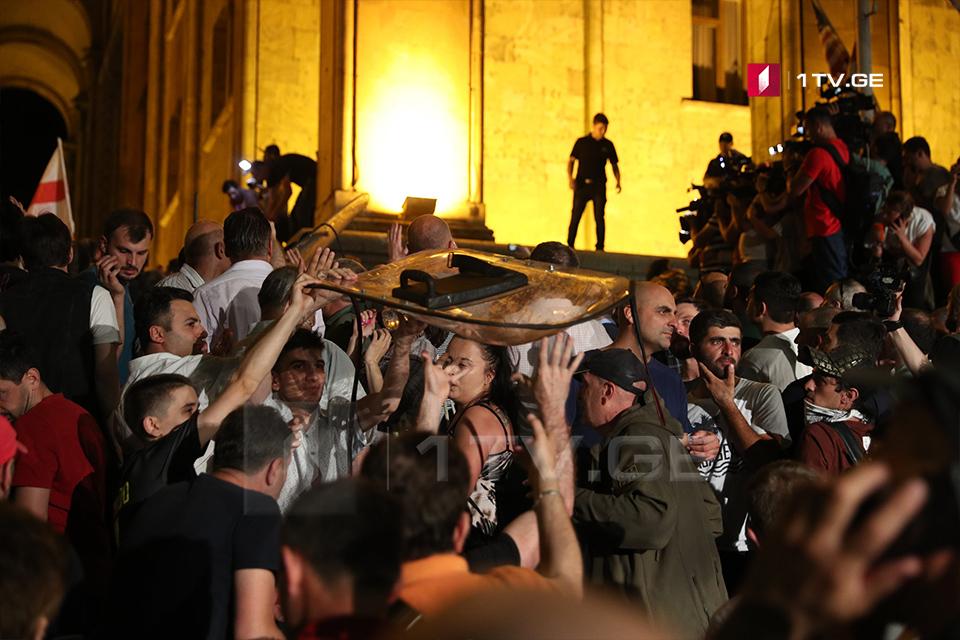 Parlament qarşısında aksiya #Moambenin xüsusi buraxılışı #LIVE