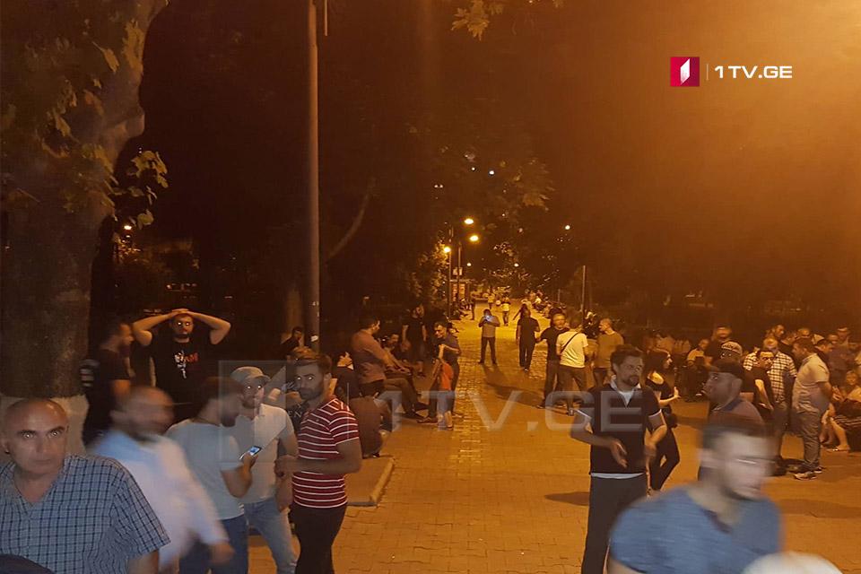 Сторонники Левана Васадзе ждут завершения его допроса в парке Вера