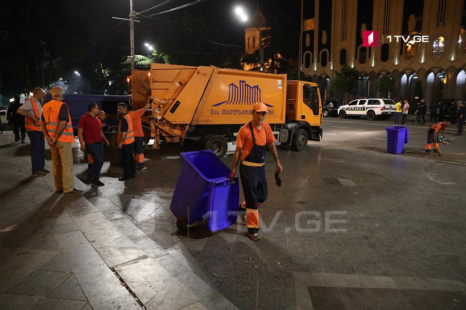 Խորհրդարանի շենքի տարածքում իրականացվել են մաքրման աշխատանքներ (ֆոտոշարք)