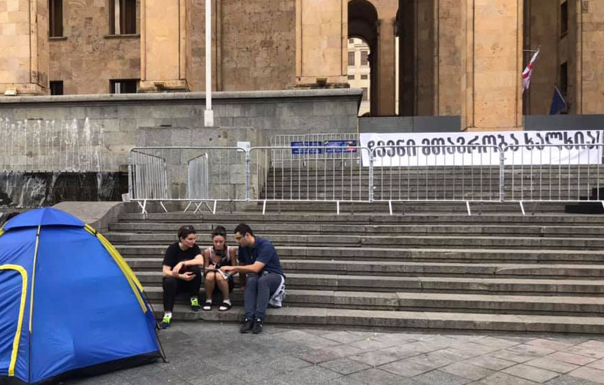 Three citizens continue hunger strike in front of the parliament building