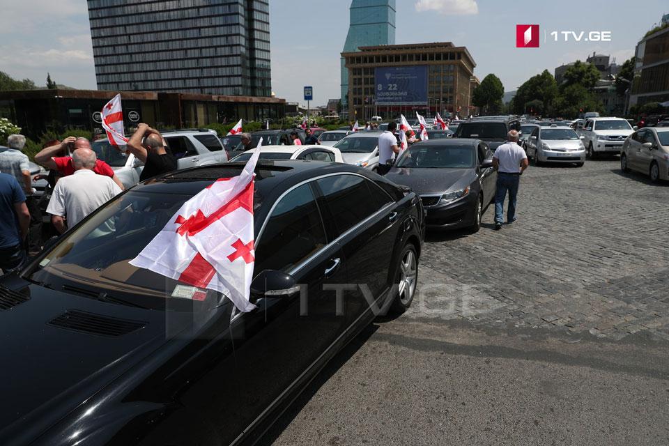 С площади Роз до канцелярии началось автомобильное шествие (фото)