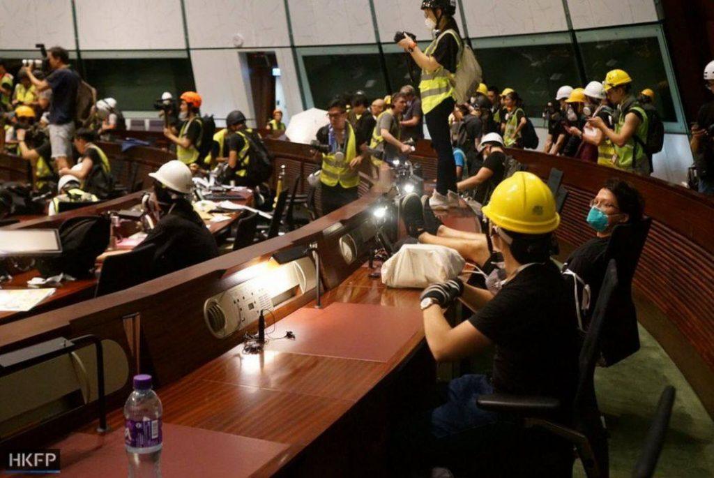 В Гонконге демонстранты ворвались в законодательный орган (фото)