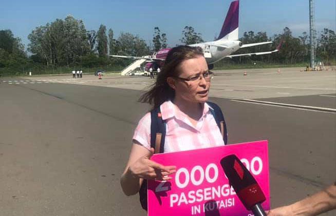 """ქუთაისის საერთაშორისო აეროპორტში """"ვიზ ეარის"""" მეორმილიონე მგზავრი დაასაჩუქრეს"""