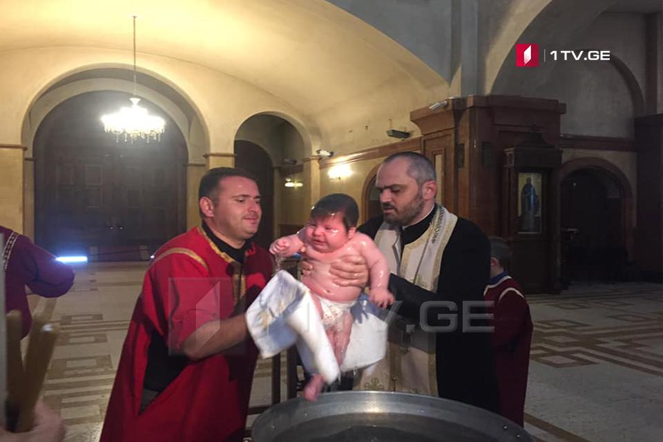 სამების საკათედრო ტაძარში საყოველთაო ნათლობა მიმდინარეობს