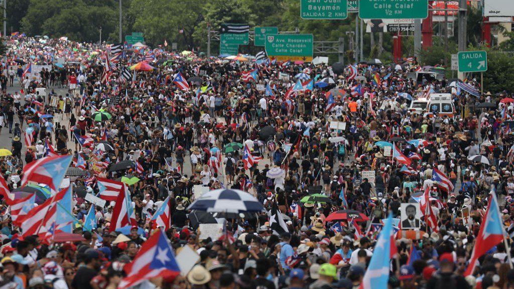 პუერტო-რიკოში გუბერნატორის გადადგომის მოთხოვნით გამართულ დემონსტრაციასასობით ათასი ადამიანი დაესწრო