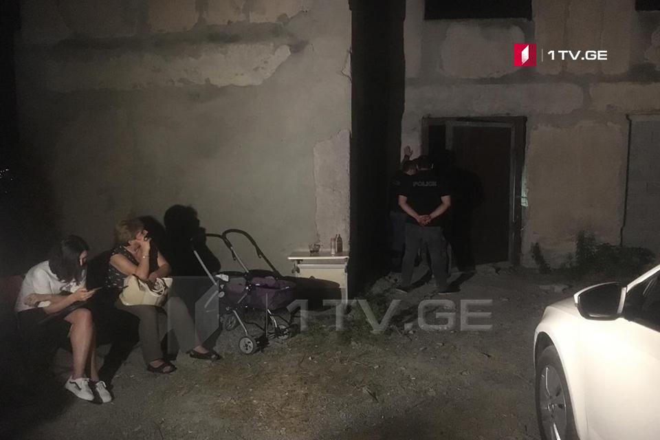 ვაშლიჯვარში, ერთ-ერთ შენობასთან, სადაც დევნილები და სოციალურად დაუცველები შეიჭრნენ, პოლიციის თანამშრომლები არიან მობილიზებული