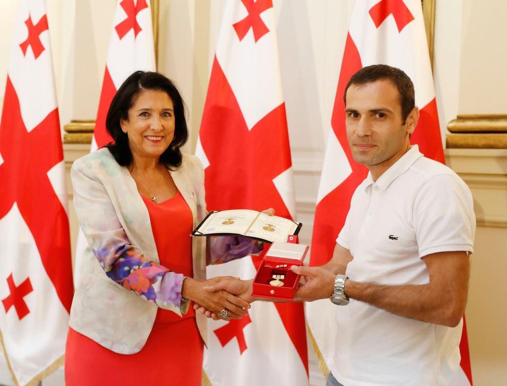 Саломе Зурабишвили встретилась с ветеранами войны и вручила им государственные награды