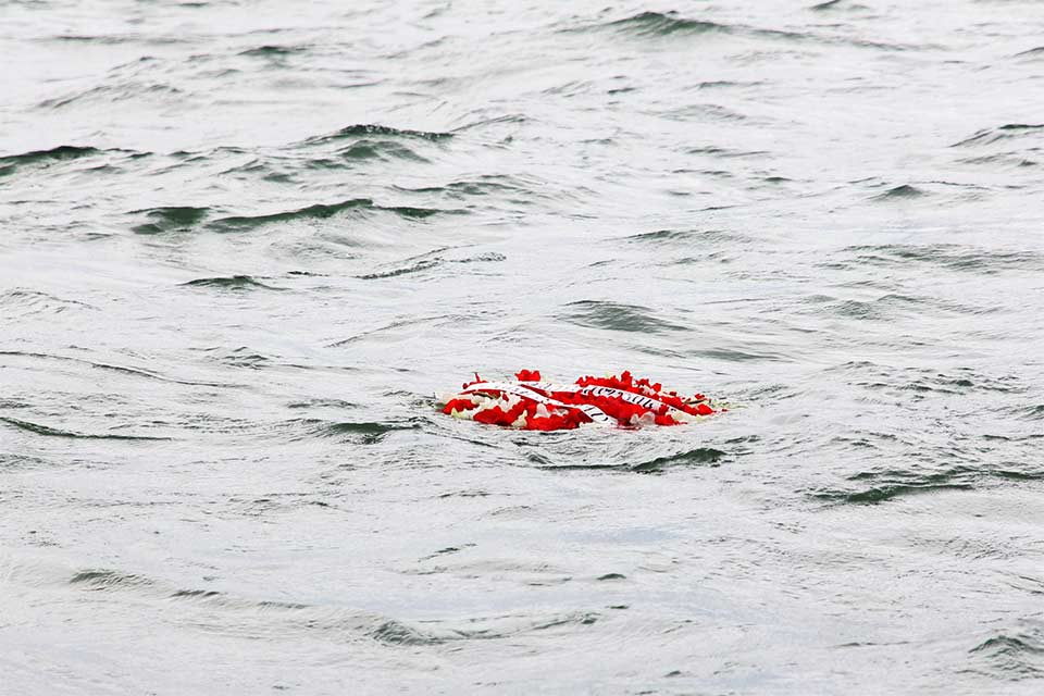 В память героев, погибших в Августовской войне, в Черное море спустили венки