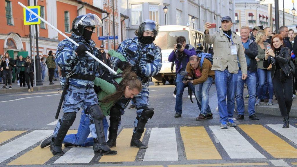 Более 220 человек задержано на масштабной акции протеста в Москве
