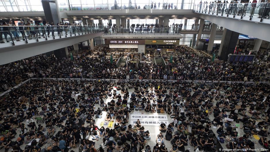"""""""ბიბისის"""" ინფორმაციით, საპროტესტო აქციის გამო, ჰონგ-კონგის აეროპორტმა მუშაობა შეწყვიტა"""