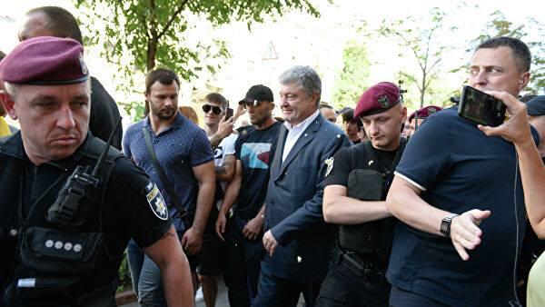 Неизвестные лица забросали яйцами вышедшего с допроса Петра Порошенко