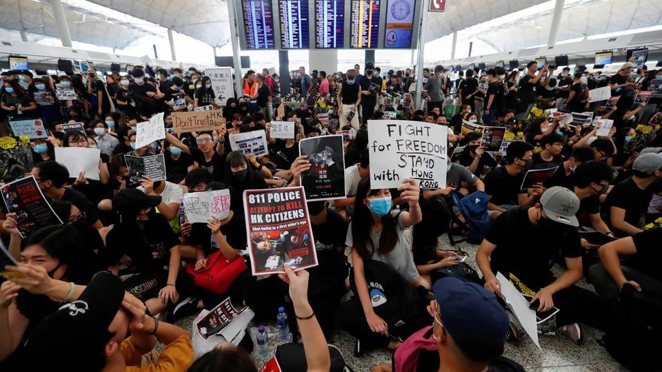 ჰონგ-კონგის აეროპორტში მიმდინარე დემონსტრაციების გამო ფრენები დროებით შეჩერდა