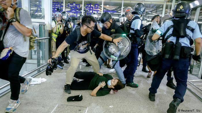 ჰონგ-კონგის აეროპორტში სამართალდამცველებსა და დემონსტრანტებს შორის შეტაკება მოხდა