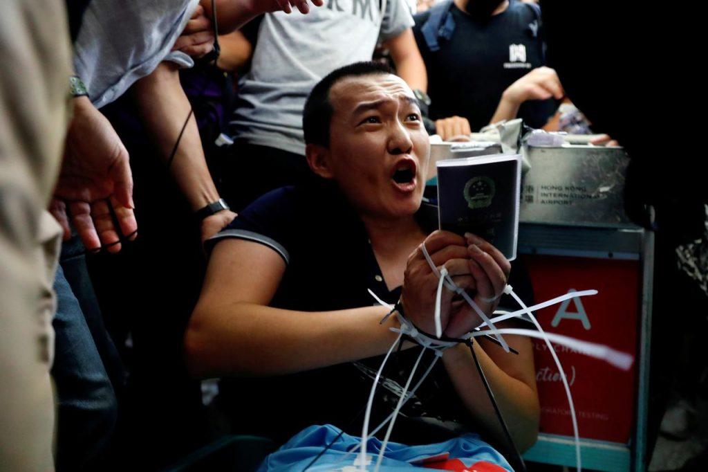 ჰონგ-კონგის აეროპორტში დემონსტრანტების მიერ დატყვევებული ჟურნალისტი გაათავისუფლეს