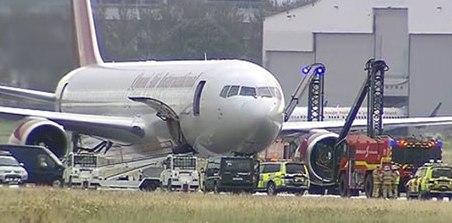 """ირლანდიის """"შენონის"""" აეროპორტში თვითმფრინავს ცეცხლი გაუჩნდა, რის გამოც აეროპორტმა რამდენიმე საათით მუშაობა შეაჩერა"""