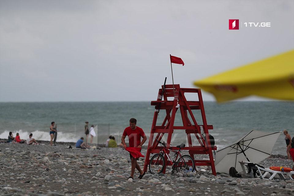 შტორმი ზღვაზე და წითელი ალმები სანაპირო ზოლზე - ზურაბ ქურციკიძის ფოტოამბავი