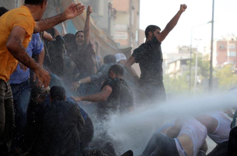 თურქეთში თანამდებობიდან გათავისუფლებული მერების მხარდამჭერ აქციაზე პოლიციამ წყლის ჭავლი, ცრემლსადენი აირი და რეზინის ტყვიები გამოიყენა