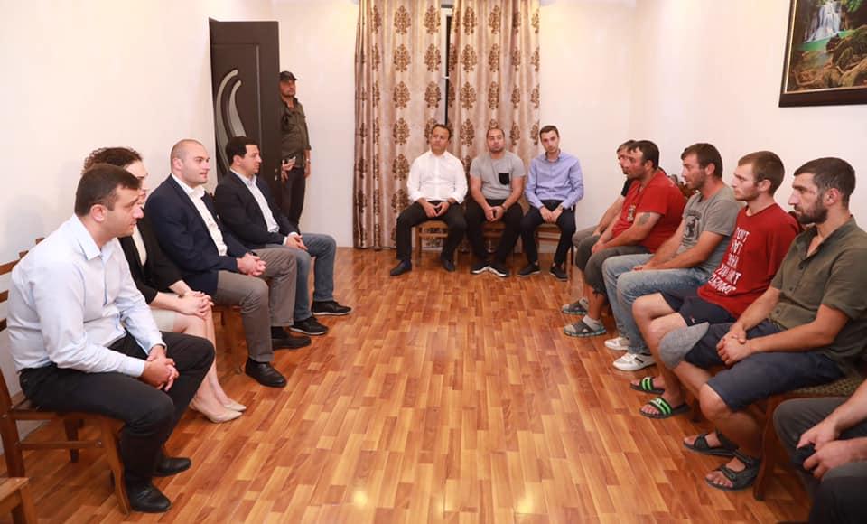 Мамука Бахтадзе и Арчил Талаквадзе навестили в Ахалубани 8 молодых людей, освобожденных из цхинвальского изолятора [фото]
