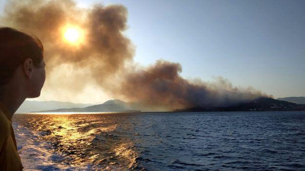 საბერძნეთის კუნძულ სამოსზე ძლიერი ხანძრის გამო სანაპიროებიდან და სასტუმროებიდან ხალხის ევაკუაცია განხორციელდა