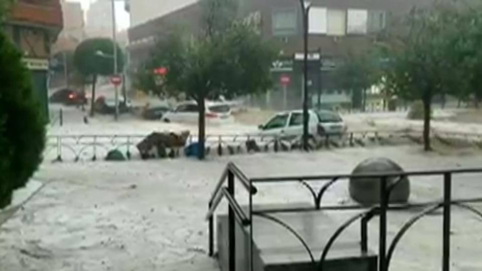 მადრიდში ძლიერი წვიმის შედეგად მეტროსადგურები და ქუჩები დაიტბორა, ნიაღვარმა ავტომობილები წაიღო [ვიდეო]
