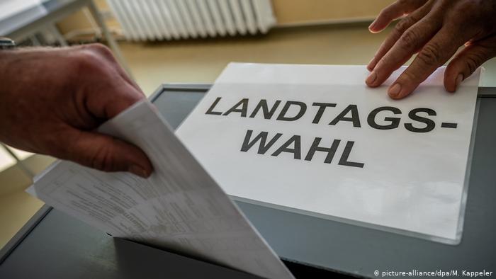 გერმანიის საქსონიისა და ბრანდერბურგის ფედერალურ მიწებზე რეგიონულ არჩევნებში ლიდერობას მემარჯვენე და მემარცხენე ცენტრისტები ინარჩუნებენ
