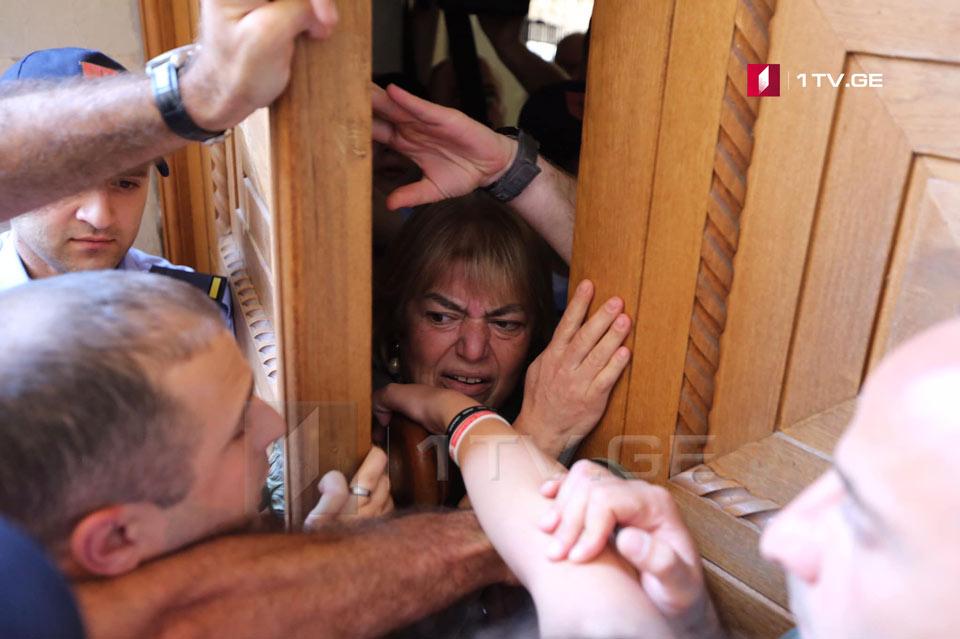 Parlamentin girşində kiçik qarşıdurma baş verdi (foto)