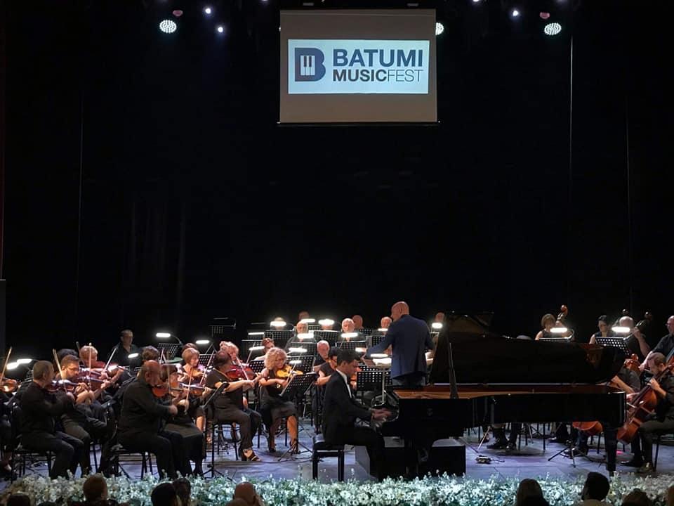 ბათუმის შავი ზღვის ხელოვნების ფესტივალზე დათუნა ალადაშვილი ბეთჰოვენის მეხუთე საფორტეპიანო კონცერტით წარდგა