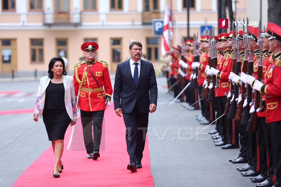 Во Дворце президента прошла официальная церемония встречи президента Венгрии (фото)