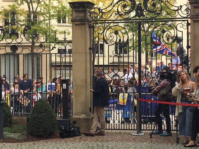 ლუქსემბურგში ვიზიტის დროს, ბრიტანეთის პრემიერმა პრესკონფერენციის ჩატარება აქციის გამო ვერ მოახერხა