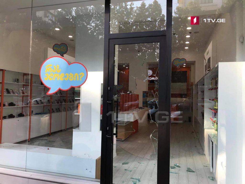 """პეკინის ქუჩაზე """"ზუმერის"""" მაღაზია გატეხეს"""