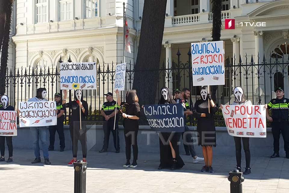 Гражданские активисты проводят акцию протеста около резиденции президента