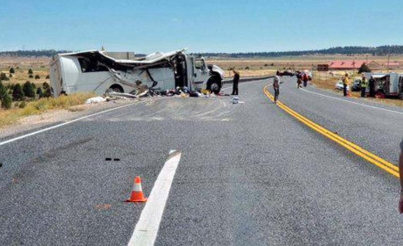 იუტას შტატში ტურისტების ავტობუსის ავარიის შედეგად ოთხი ადამიანი დაიღუპა და 26 დაშავდა