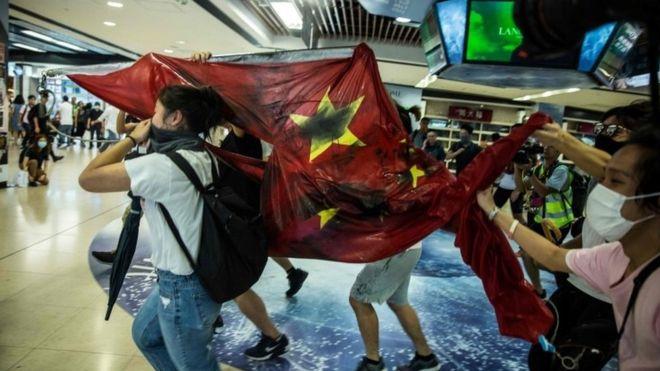 ჰონგ კონგში აქციების დროს პოლიციელებს აგურები დაუშინეს