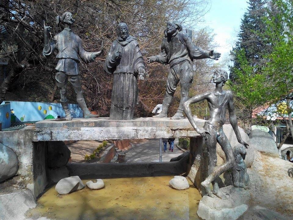 პიკის საათი - ლიტერატურული, კინო და ანიმაციური გმირების ძეგლები საქართველოში