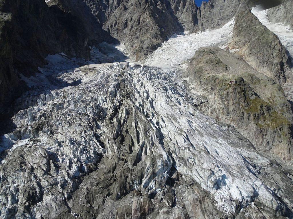 გლობალური დათბობის გამო, ალპების ერთ-ერთი მყინვარი შეიძლება ნებისმიერ წუთში ჩამოინგრეს