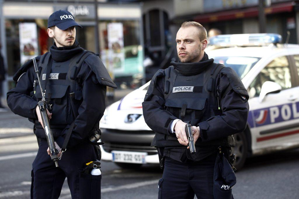 """""""როიტერის"""" ინფორმაციით, პარიზში დანით შეიარაღებული მამაკაცი პოლიციის ოფიცრებს თავს დაესხა"""