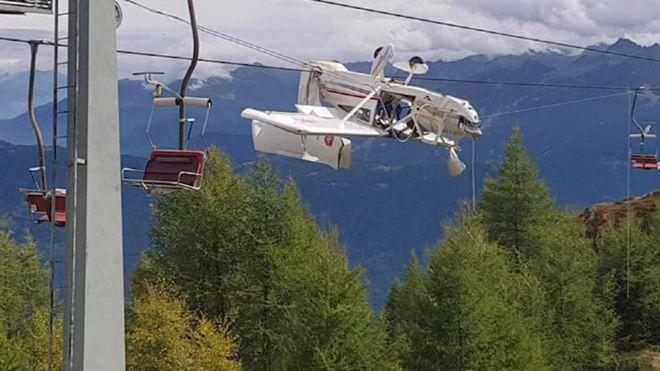 იტალიის ალპებში მცირე ზომის თვითმფრინავი საბაგიროს ბაგირებს გამოედო და დაეკიდა