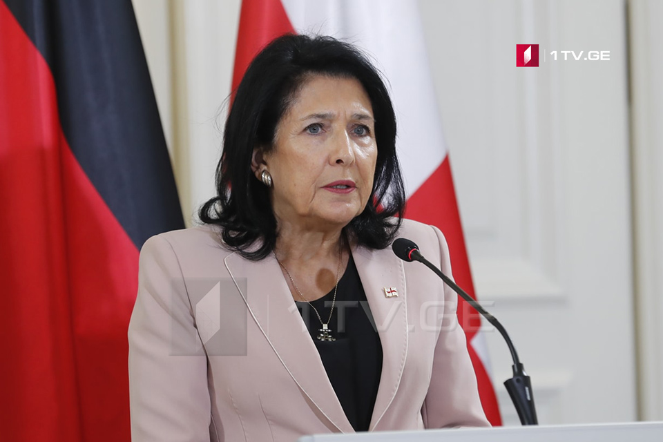 Саломе Зурабишвили-Грузия стоит рядом с японским народом
