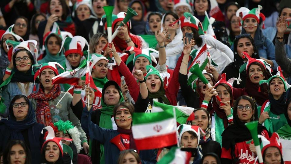 ირანში ქალები საფეხბურთო მატჩს 38 წლის შემდეგ პირველად დაესწრნენ
