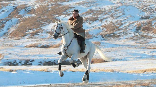 """ადგილობრივი მედიის ინფორმაციით, კიმ ჩენ ინი """"წმინდა მთაზე"""" ცხენით გაემგზავრა"""