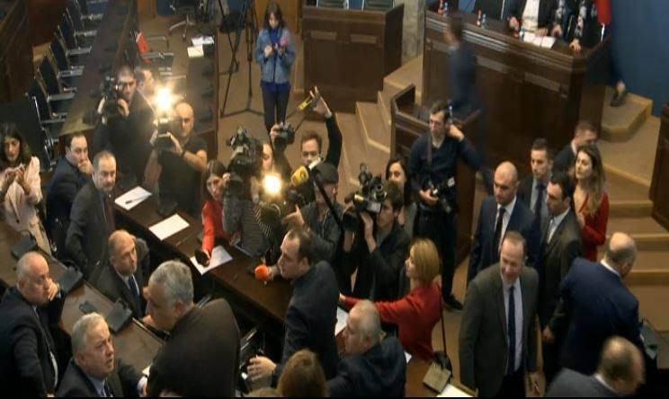 Между Виктором Джапаридзе и Тенгизом Гунава  в парламенте произошла перепалка