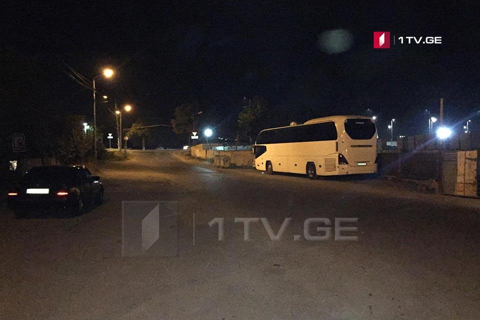 თვითმხილველები აცხადებენ, რომ თბილისში ჩატარებული სპეცოპერაციისას პოლიციელებმა ადგილიდან მანქანები გადაიყვანეს