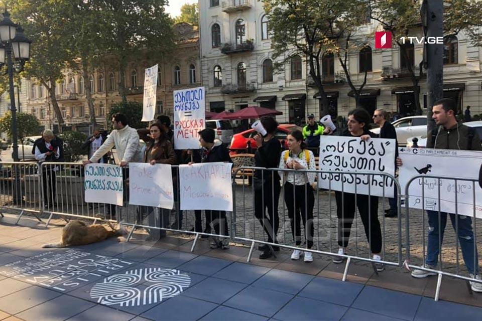 «Մետաքսի ճանապարհի ֆորումին» զուգահեռ օպերայի շենքի մոտ անցկացվում է բողոքի ցույց