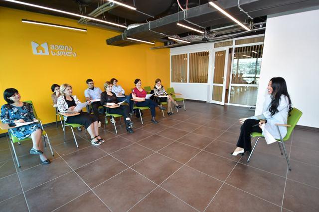 """კომუნიკაციების კომისიამ საჯარო და კერძო სკოლის მასწავლებლებს """"მედიის ეკონომიკის"""" სწავლების მეთოდი გააცნო"""