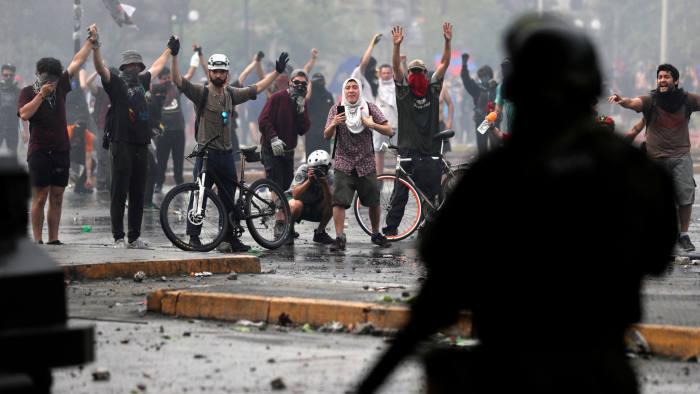 ჩილეს დედაქალაქში აქციის მონაწილეებსა და პოლიციას შორის შეტაკებები განახლდა