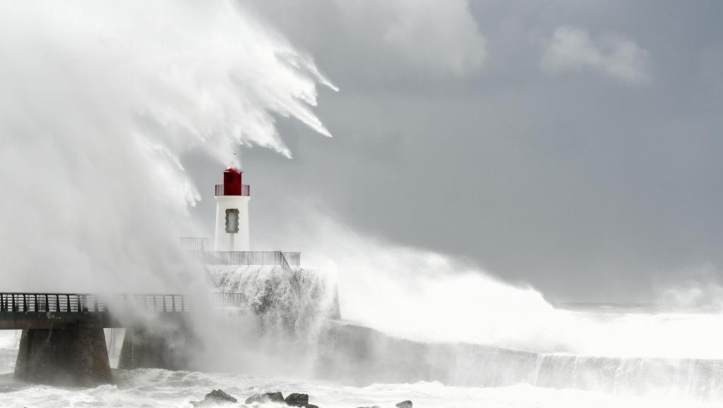 მედიის ინფორმაციით, საფრანგეთის სამხრეთ-დასავლეთ რეგიონებშიშტორმის გამო100 ათასი სახლი ელექტროენერგიის გარეშეა დარჩენილი