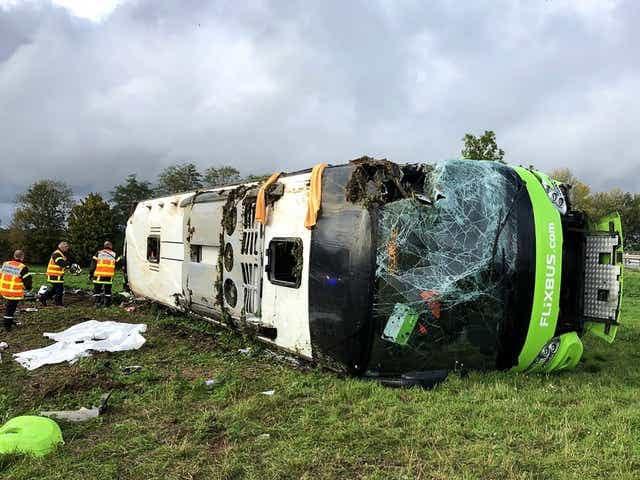 """საფრანგეთში """"ფლიქსბასის"""" ავტობუსი გზის სავალი ნაწილიდან გადავიდა და გადაბრუნდა"""