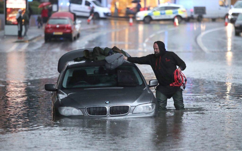Մեծ Բրիտանիայի Շեֆիլդ քաղաքում ուժգին անձրևի հետևանքով հեղեղվել են փողոցները